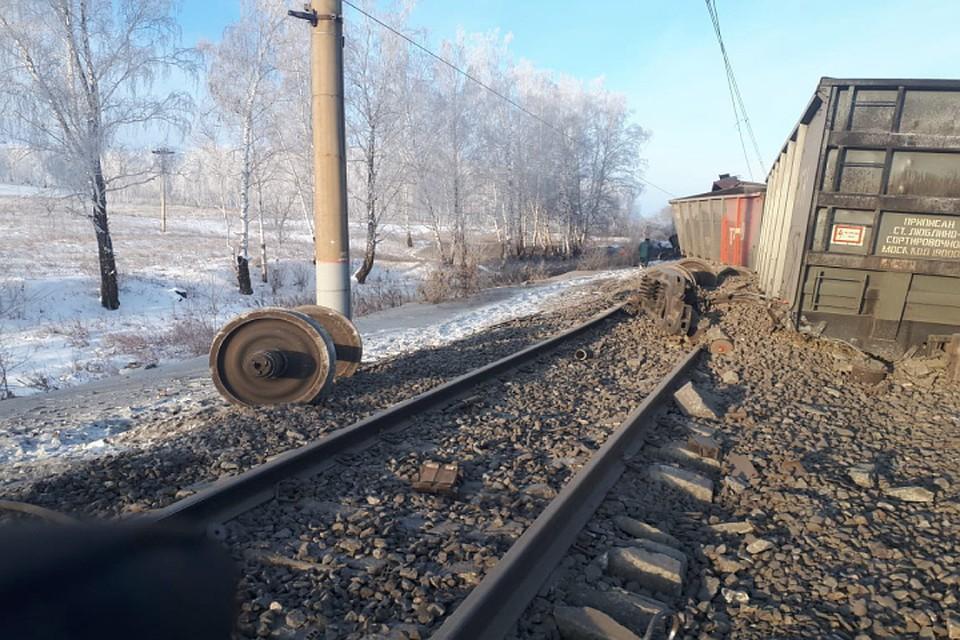 ЧП в Иркутской области: десятки грузовых вагонов сошли с рельсов, движение поездов остановлено